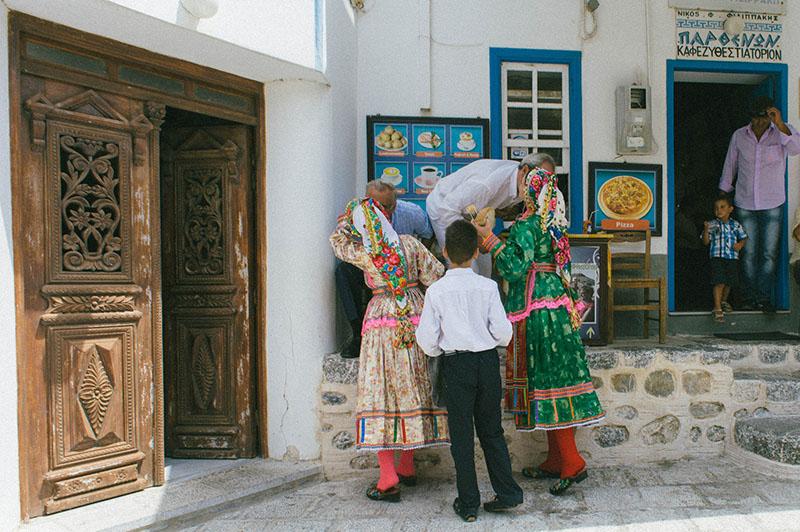 Tradycyjnie ubrani mieszkańcy miejscowości Olympos, Grecja